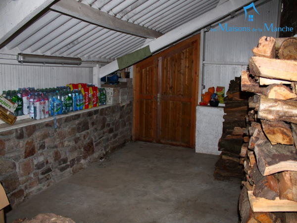 Longère en pierre couverte en ardoise de 247 m² + 92 m² de dépendances